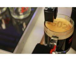 Эспрессо-машина печатает номер заказа на кофейной пенке